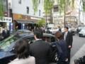 佐藤ゆかりに見送られ新橋駅前を後にする石破茂幹事長
