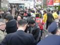 渋谷ハチ公前で有権者と握手する野田佳彦首相