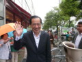 [笑顔の候補者]笑顔でポーズをとる菅直人元総理