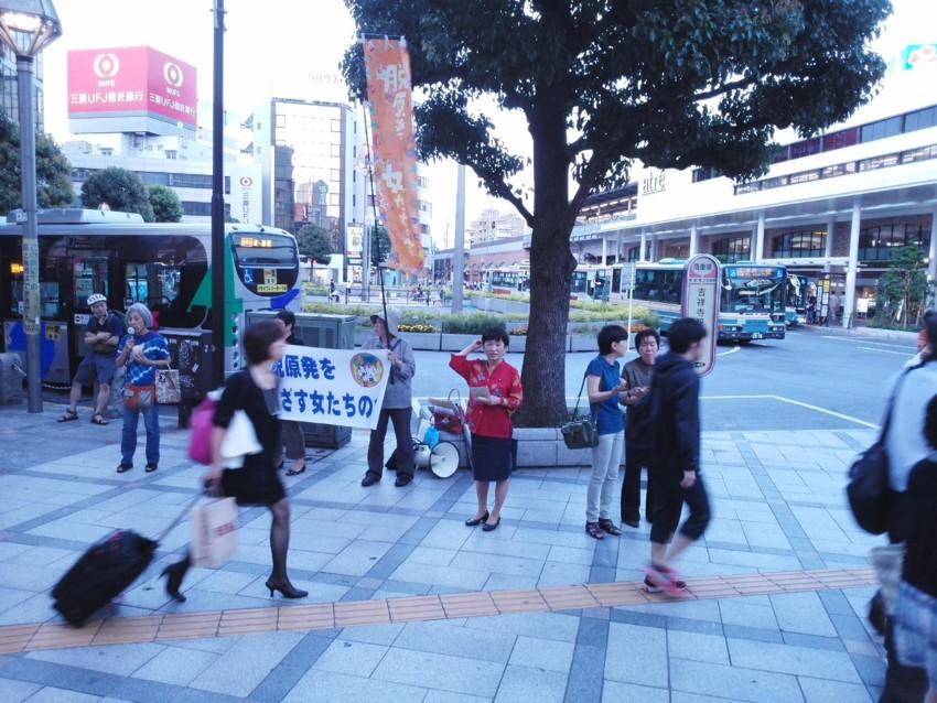 吉祥寺駅前でビラ配りをする福島みずほ