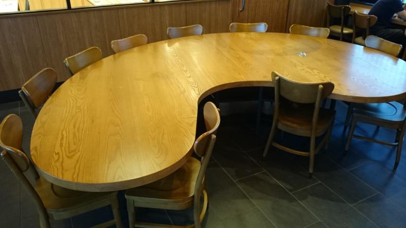 勾玉型テーブル
