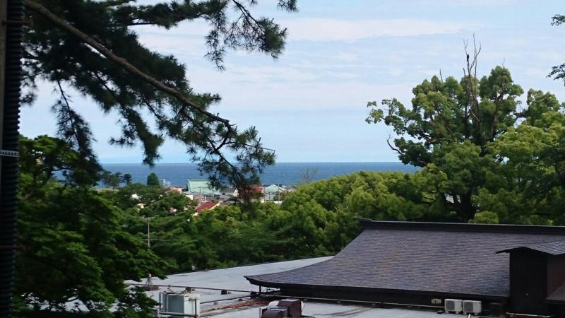 遠くには海が見えます
