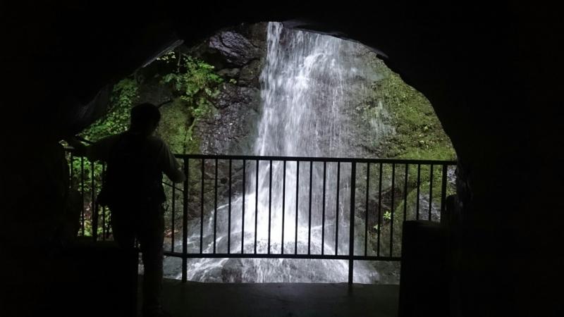 萬葉洞門と滝