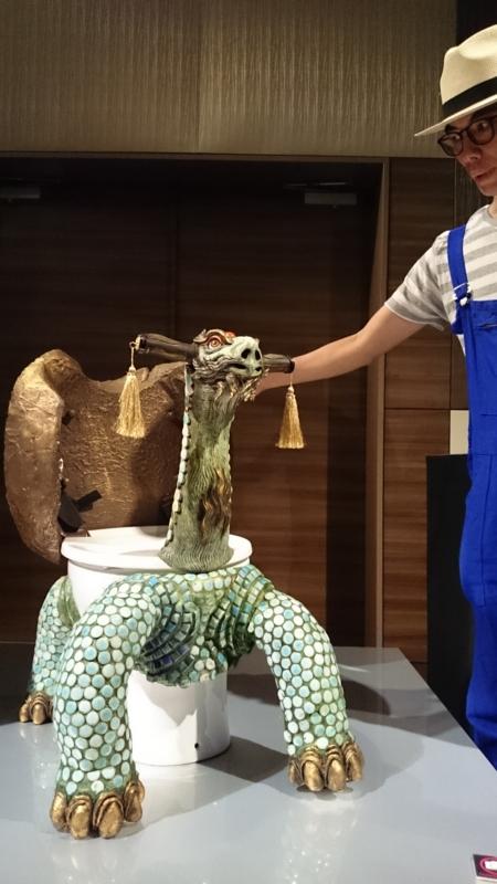 亀の甲羅を開けて見せてくれた仁氏