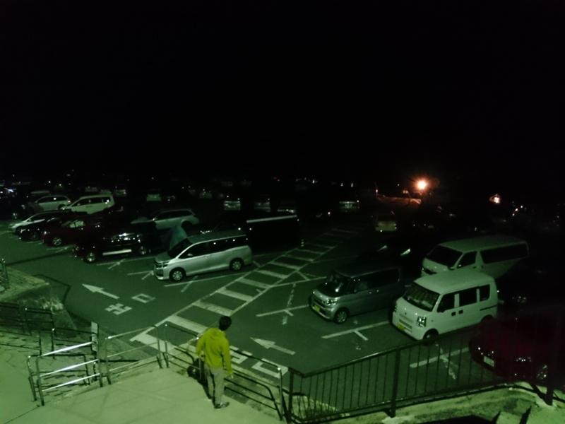 ほぼ満車の有料駐車場