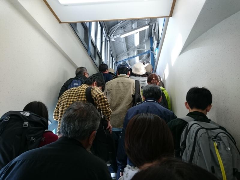 改札を抜けたところの階段