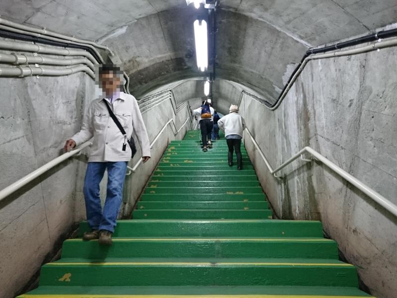220段の階段を登る