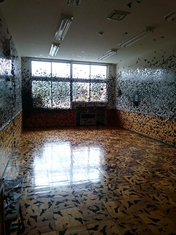 鳥のシールで埋めつくされた教室