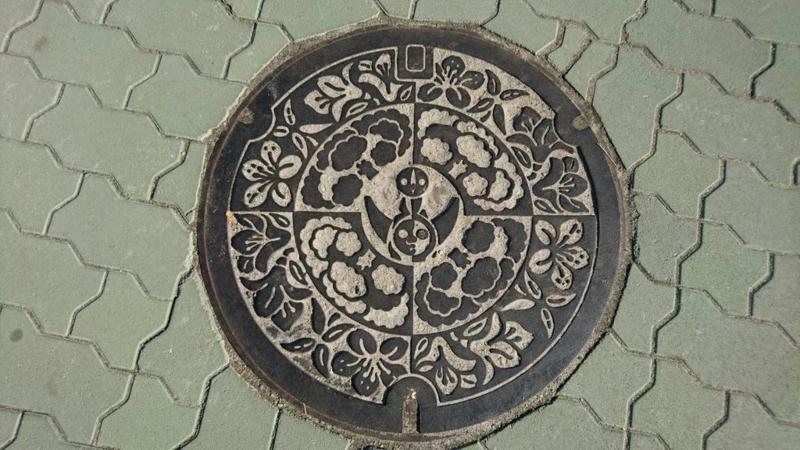 大阪府吹田市のマンホール(太陽の塔)