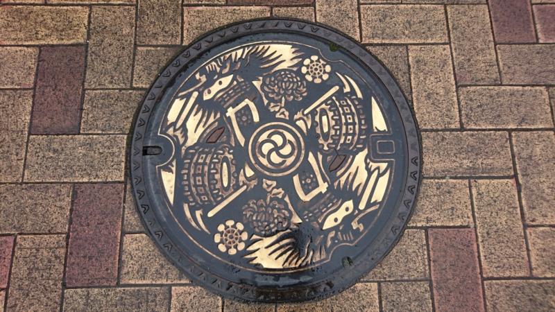 岩手県花巻市のマンホール(鹿踊り)[カラー]
