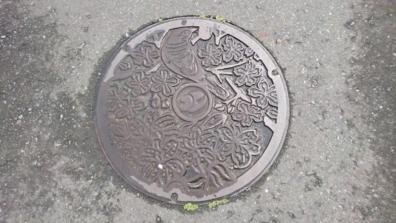 岩手県北上市のマンホール(ヤマユリ、サクラ、キセキレイ)