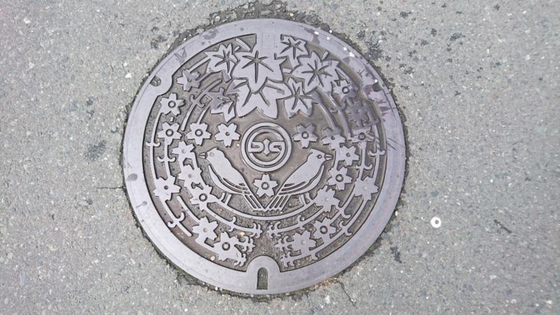 岩手県奥州市のマンホール(枝垂れ桜、モミジ、ヒバリ)