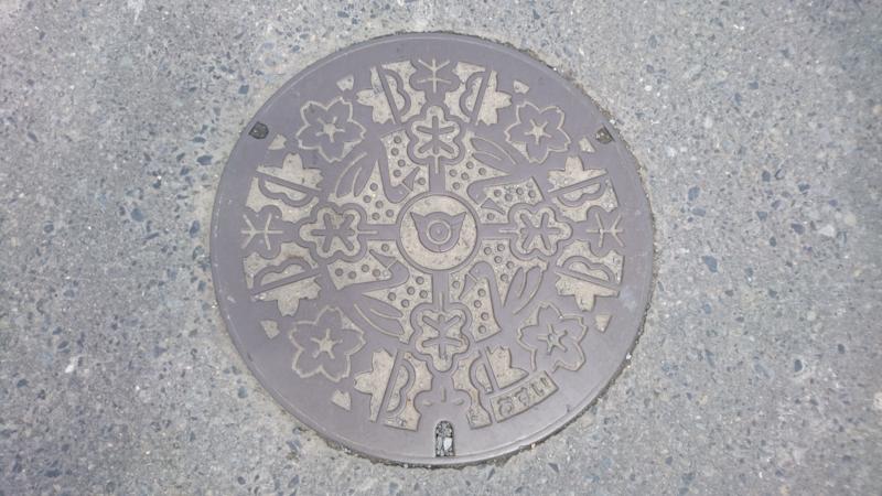 宮城県石巻市のマンホール(かしわ、サクラ、白鳥)