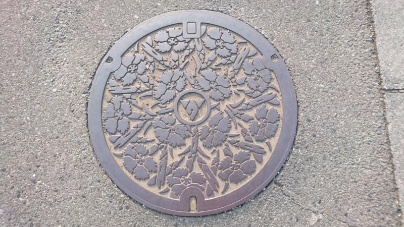 神奈川県秦野市のマンホール(ナデシコ)