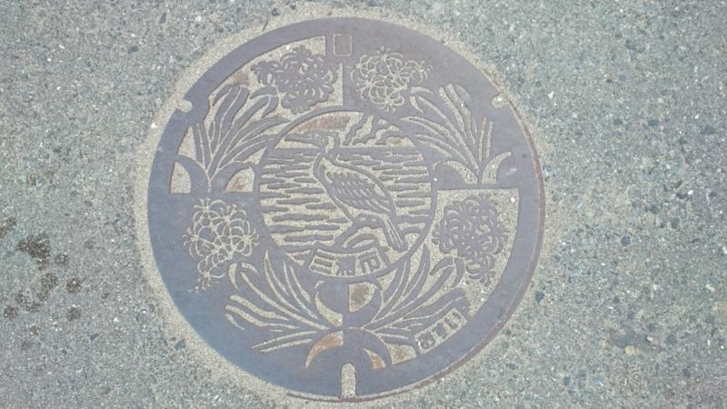 神奈川県三浦市のマンホール(ウミウ、ハマユウ)