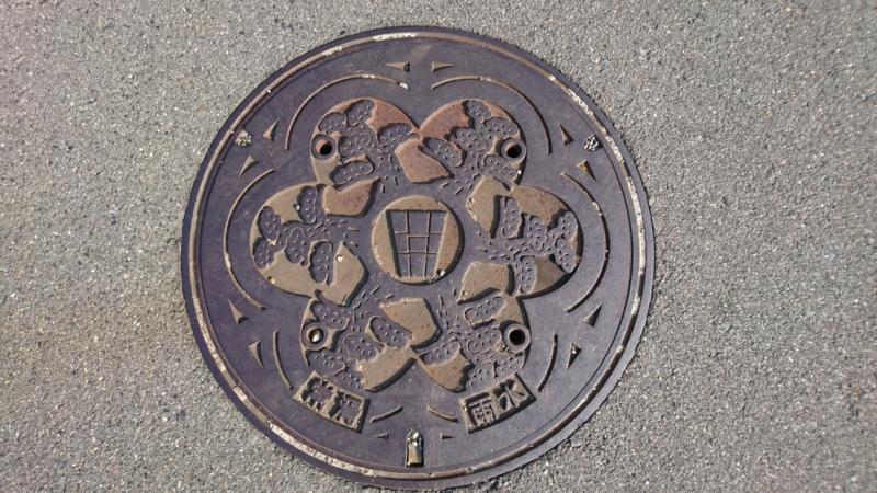 愛知県常滑市のマンホール(サザンカ)