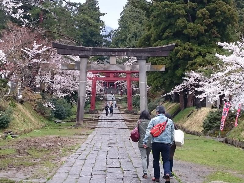 岩木山神社を訪れる人々