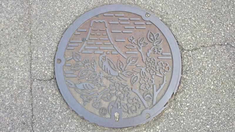 山梨県富士吉田市のマンホール(富士山、アカゲラ、フジザクラ)