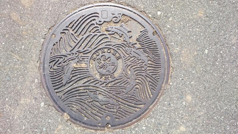 富山県黒部市のマンホール(黒部川、鮎)