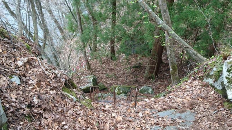 占場までの鉄はしごは通行禁止