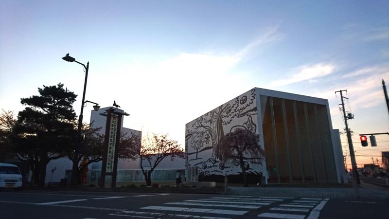 夕暮れ時の十和田市現代美術館