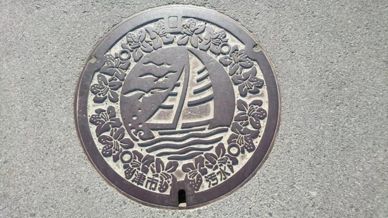 三重県津市のマンホール(ヨット、カモメ、ツツジ)