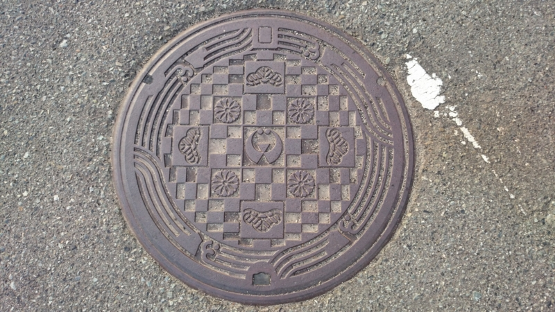 島根県邑智郡邑南町のマンホール(赤松、菊)