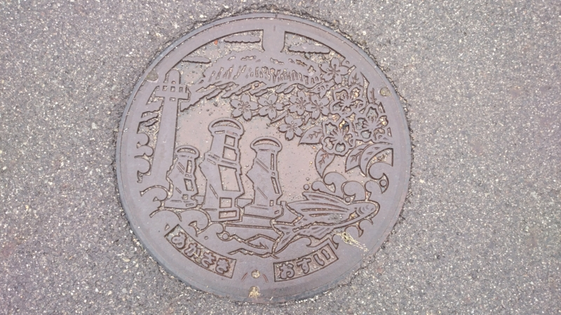 鳥取県東伯郡琴浦町のマンホール(船上山、ナシ、サクラ、アゴ(トビウオ)、波しぐれ三度笠、赤碕灯台