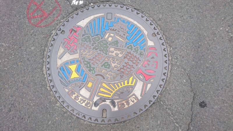 香川県丸亀市のマンホール(うちわ、丸亀城)[カラー]