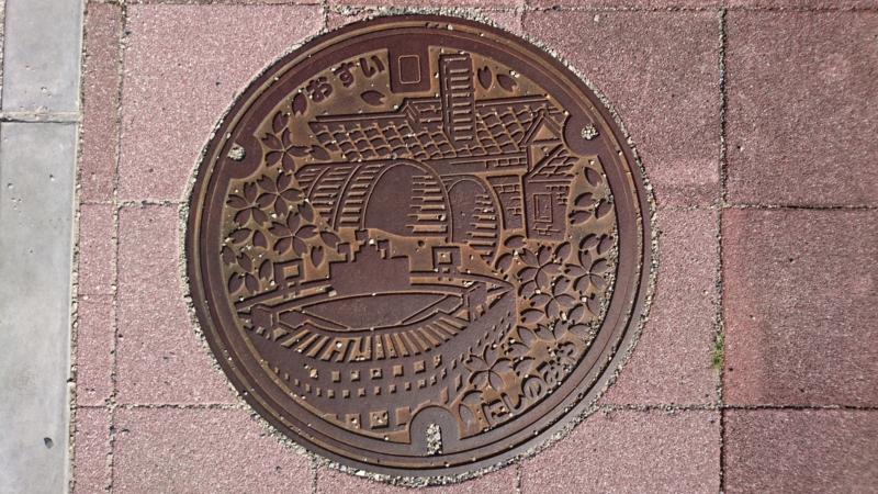 兵庫県西宮市のマンホール(甲子園球場、酒樽、桜)