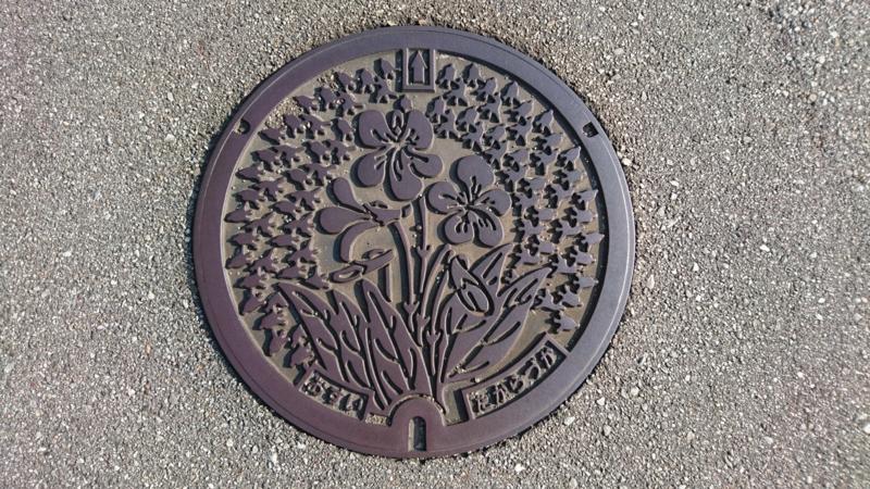 兵庫県宝塚市のマンホール(スミレ、鐘)