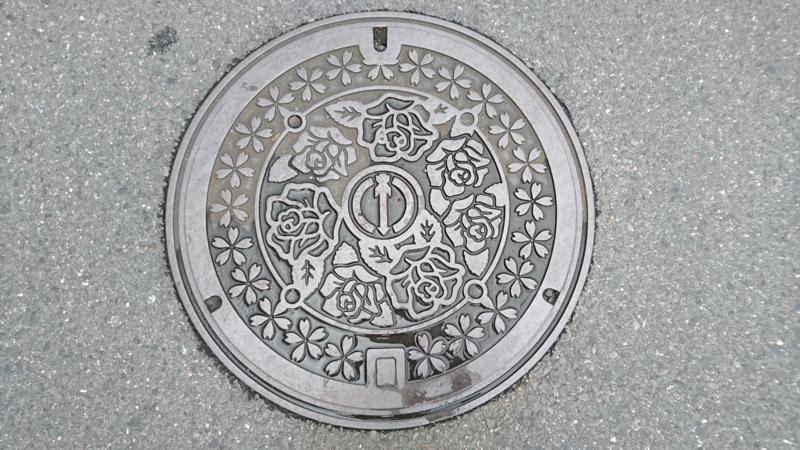 大阪府寝屋川市のマンホール(バラ、サクラ)