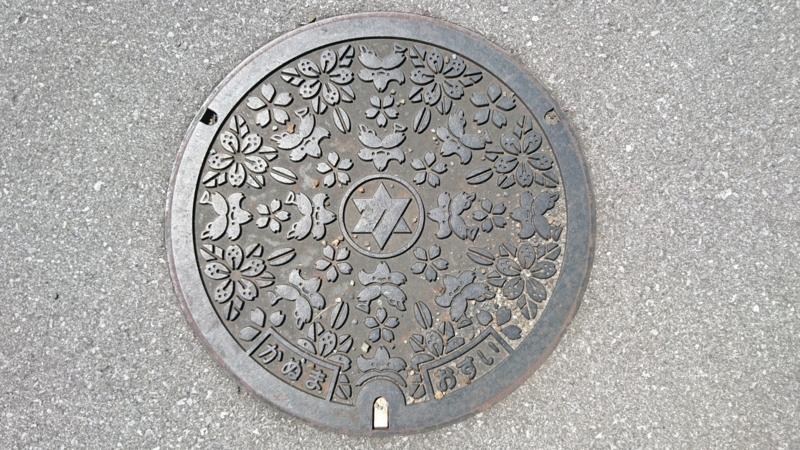 栃木県鹿沼市のマンホール(サツキ、さっちゃん)
