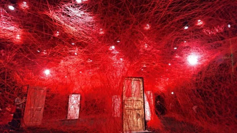張り巡らされた赤い糸