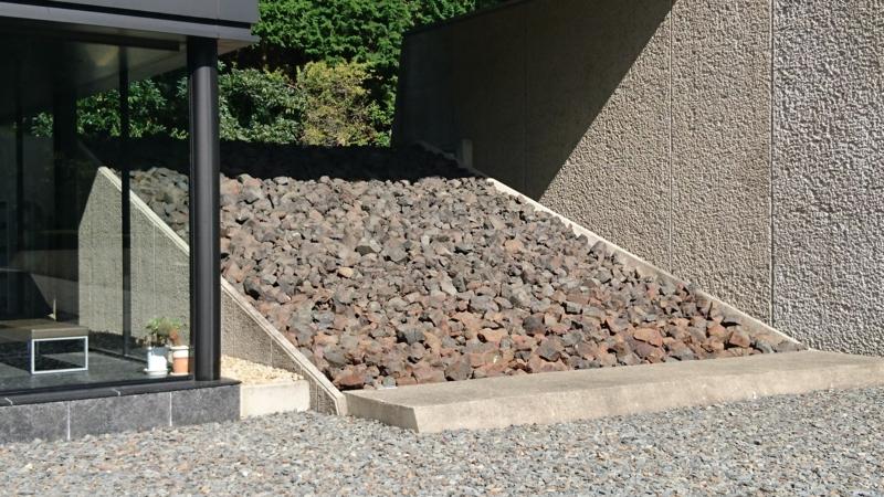 日鉱記念館入口の横にはスラグのような石が積まれていました