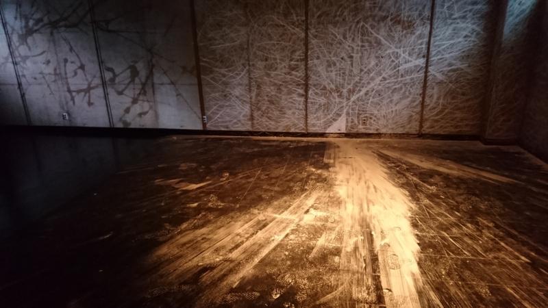 床に散らばったチョークの跡