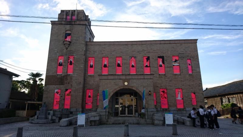 窓がピンク色に染まった梅津会館