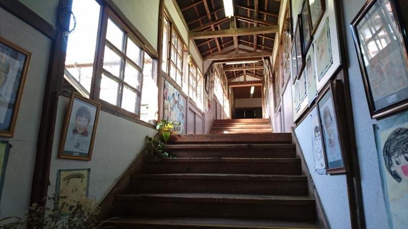 旧上岡小学校の校舎の中
