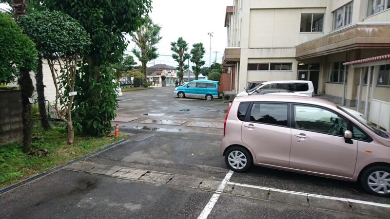 旧富士ヶ丘小学校の駐車場の画像