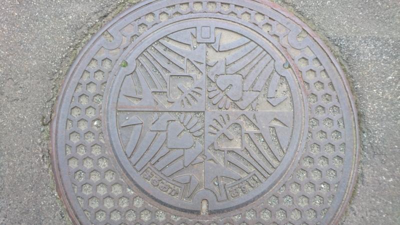 福井県坂井市のマンホール(花菖蒲)