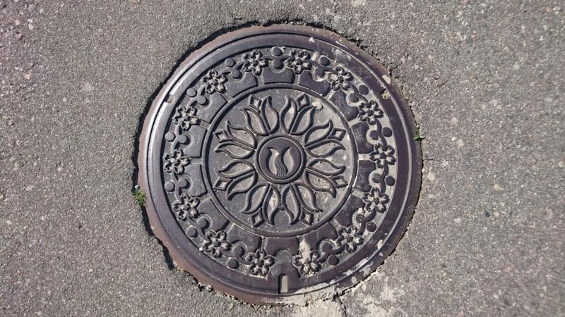 富山県砺波市のマンホール(チューリップ、エドヒガンザクラ)
