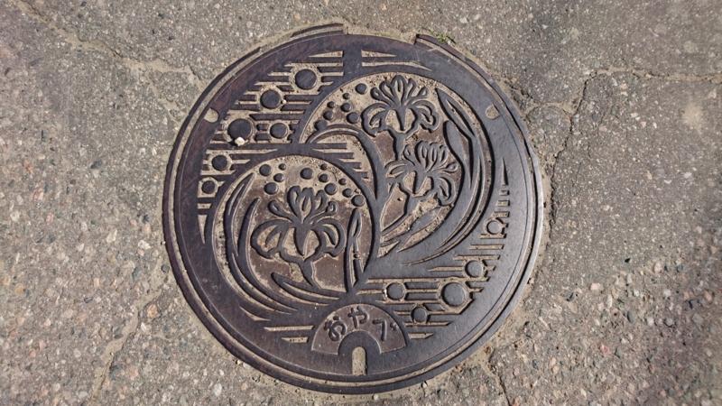 富山県小矢部市のマンホール(花菖蒲)
