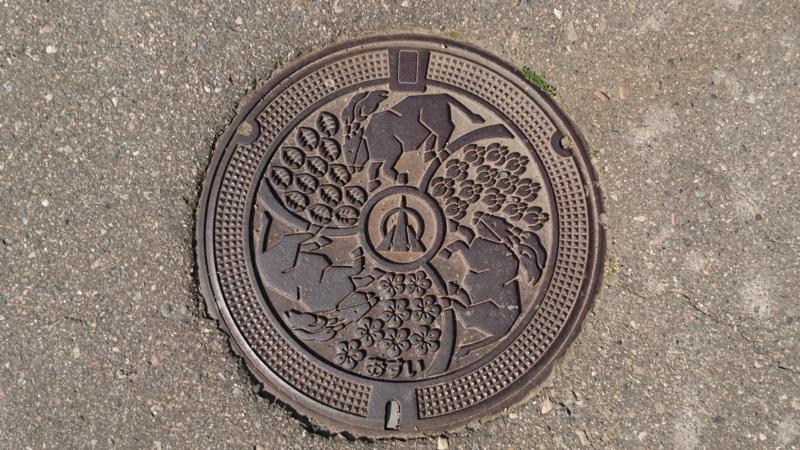 富山県小矢部市のマンホール(火牛、宮島杉、花菖蒲、紅梅)