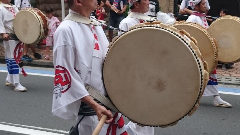 太鼓を担ぐ男性