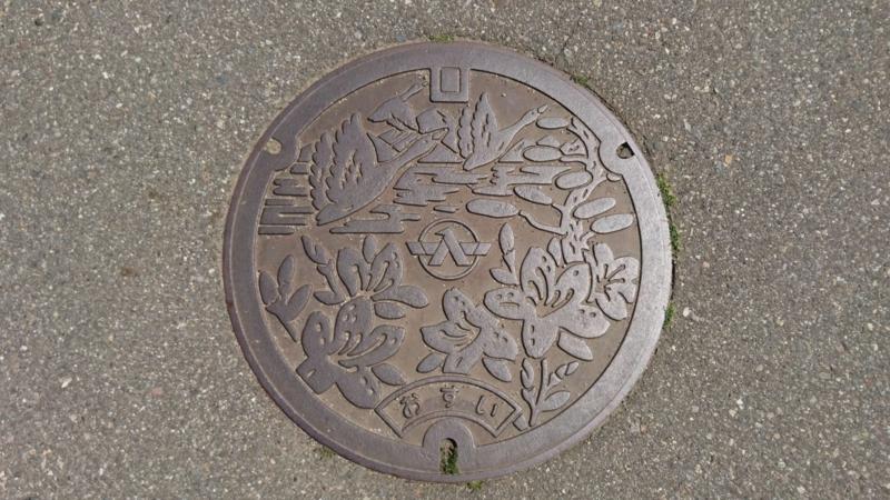 石川県河北郡津幡町のマンホール(ツツジ、松、白鳥)