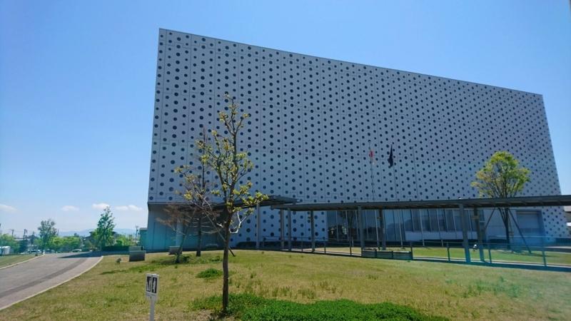 金沢海みらい図書館の外観