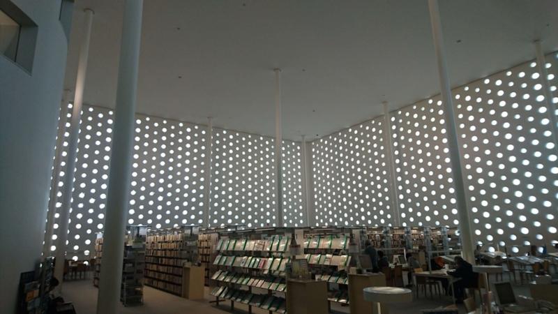 開放感のある海みらい図書館内部