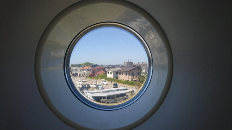 小窓から外を見る