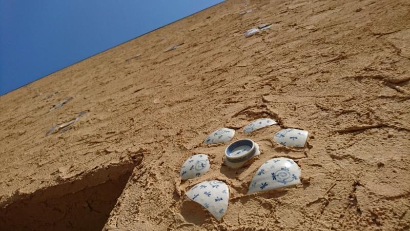 土壁に埋まった陶器の破片