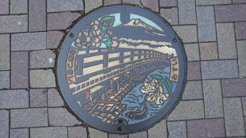 山梨県大月市のマンホール(猿橋、富士山、やまゆり、八重桜)[カラー]
